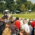 Il y avait foule lors de l'inauguration de la fontaine commémorative à la mémoire de la princesse Diana dans Hyde Park, à Londres, le 6 juillet 2004.