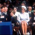 La princesse Diana avec ses fils le prince William et le prince Harry en mai 1995 à Hyde Park lors de commémorations.