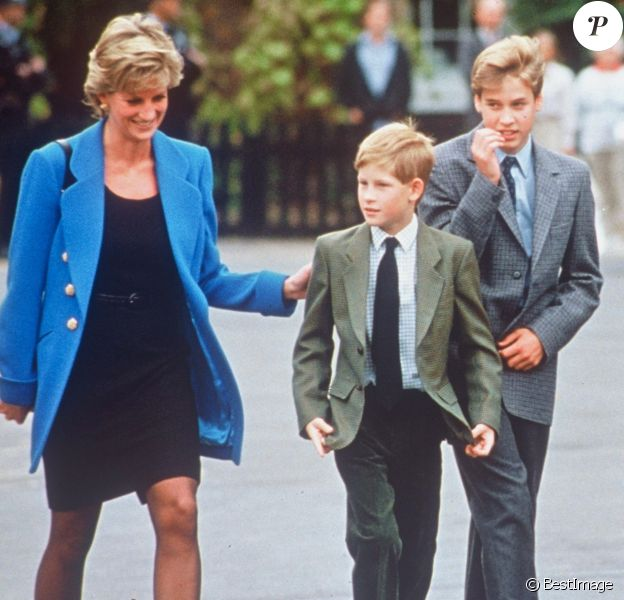 La princesse Diana et ses fils les princes Harry et William à la sortie de l'Eton College en novembre 1995.