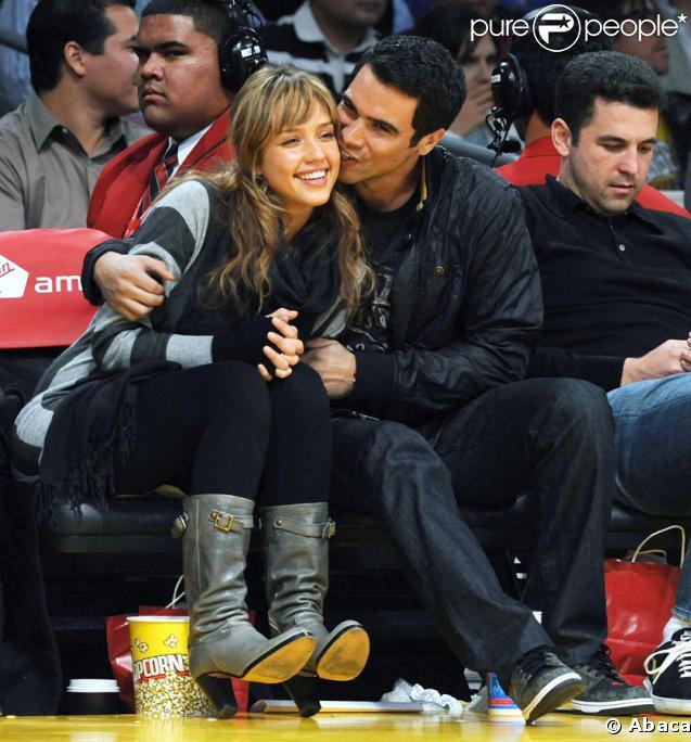 Jessica Alba et Cash Warren bien complices devant un match des Lakers...Seraient-ils secrètemenr fiancés ?