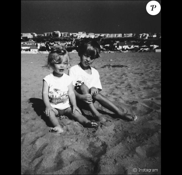Caroline Receveur (2 ans) et son frère Ben (5 ans) à la Rochelle. Un cliché dévoilé sur Instagram le 4 février 2017.