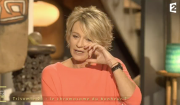 """Sophie Davant submergée par l'émotion dans """"Mille et une vies"""", sur France 2, le 10 février 2017."""