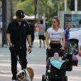 """Ice-T se promène avec sa femme Nicole """"Coco"""" Austin, leur fille Chanel Nicole Marrow et leur chien à Miami, le 18 Janvier 2017."""