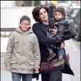 Jamila Dati rend visite à sa soeur à la Clinique de la Muette, le 3/01/09