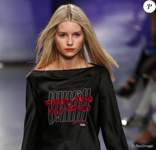 """Lottie Moss lors du défilé """"Topshop Unique"""", collection prêt-à-porter automne/hiver 2017-2018, à la Fashion Week de Londres, Royaume Uni, le 19 février 2017."""