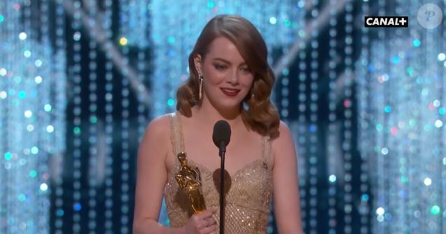 Emma Stone a remporté l'Oscar de la meilleure actrice pour La La Land, donné par Leonardo DiCaprio - 26 février 2017