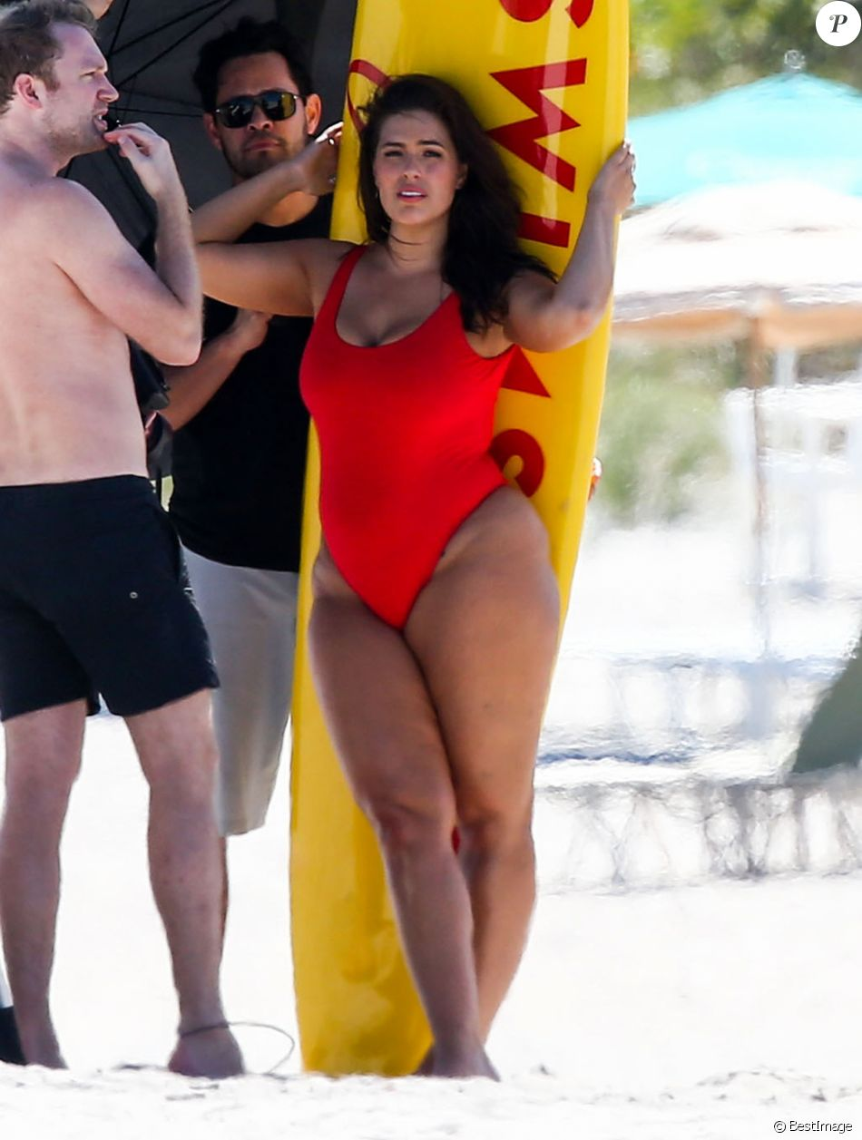 """Ashley Graham prend la pose lors d'une séance photo sur le thème de la série télé """"Alerte à Malibu"""" à Miami le 1er mars 2017."""
