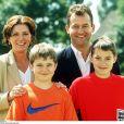 Paul Burrell, ex-majordome de la princesse Diana, sa femme Maria et leurs enfants Nicholas et Alexander en 2001 dans le Derbyshire.