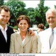 Paul Burrell, ex-majordome de la princesse Diana, avec sa femme Maria et son père Graham en 2001.