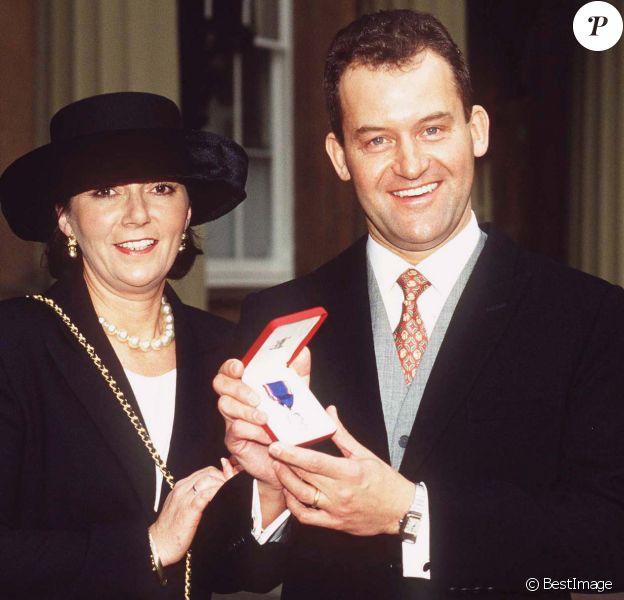 Paul Burrell, ex-majordome de la princesse Diana, avec sa femme Maria en novembre 1997 au palais de Buckingham lors de la remise de ses insignes de l'ordre royal de Victoria pour services rendus à la famille royale.