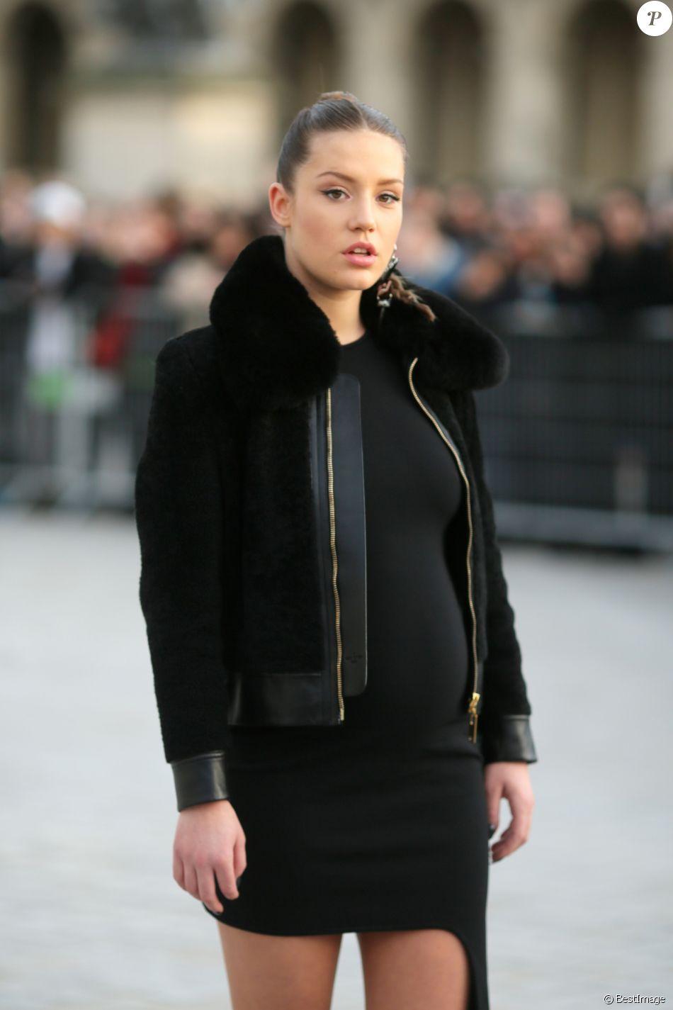 """Adèle Exarchopoulos (enceinte) au défilé de mode """"Louis Vuitton"""", collection prêt-à-porter Automne-Hiver 2017-2018 au Louvre à Paris, le 7 Mars 2017. CVS/Veeren/Bestimage"""