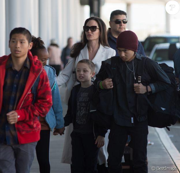 Angelina Jolie et ses enfants, Shiloh Jolie-Pitt, Maddox Jolie-Pitt, Pax Jolie-Pitt, Zahara Jolie-Pitt, Vivienne Jolie-Pitt et Knox Jolie-Pitt arrivent à l'aéroport LAX à Los Angeles, le 11 mars 2017.