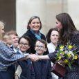 Le prince William et Kate Middleton visitent les Invalides à Paris le 18 mars 2017. La duchesse de Cambridge a rendu hommage à la France en choisissant un manteau, un sac et une ceinture Chanel.