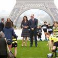 Le prince William et Kate Middleton rencontrent des jeunes fans de rugby sur le parvis des droits de l'homme au Trocadéro à Paris le 18 mars 2017.