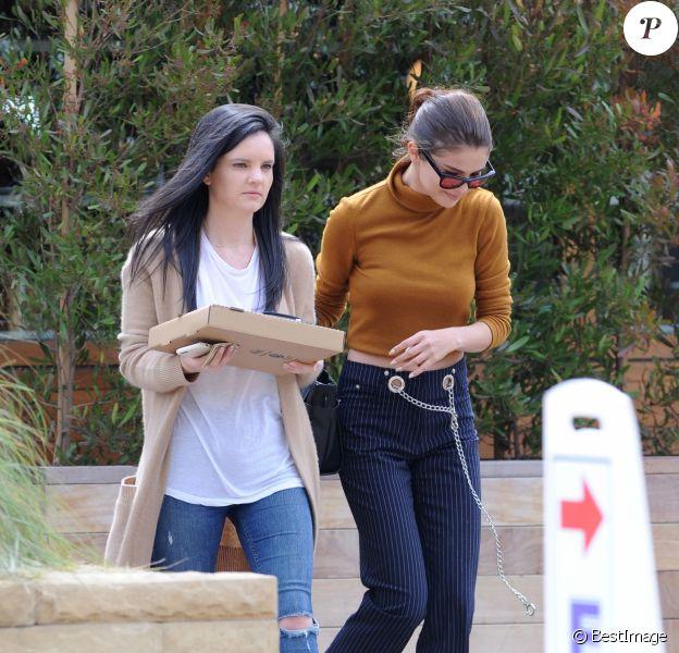 """Selena Gomez va déjeuner avec une amie au restaurant """"Little Beach House"""" à Malibu, le 22 mars 2017. © CPA/Bestimage"""
