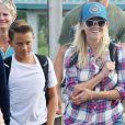 Reese Witherspoon et son fils Deacon Phillippe débarquent d'un hydravion à Tofino au Canada le 21 juillet 2016