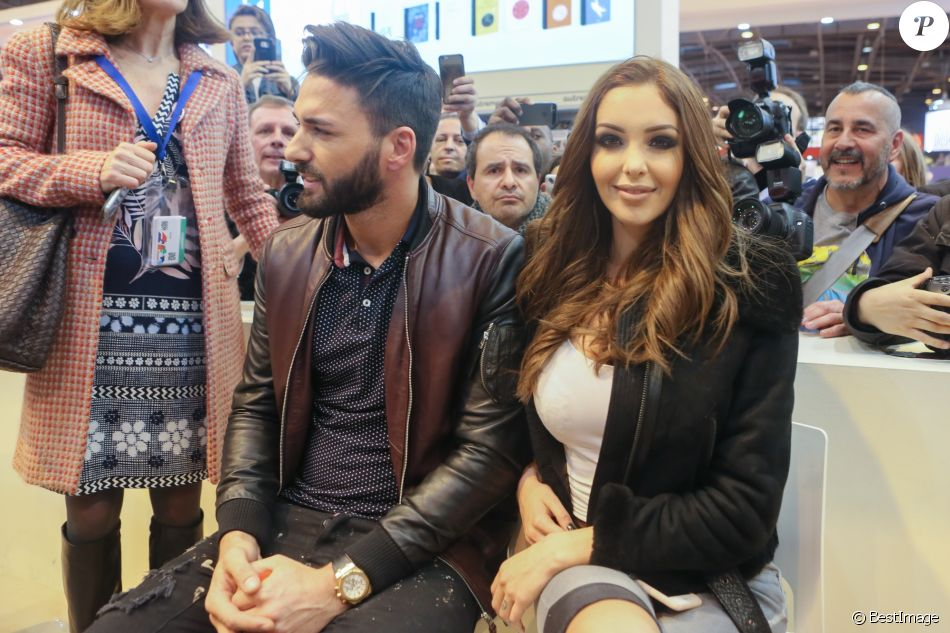 nabilla benattia et son compagnon thomas vergara en visite au 32 me salon du livre la porte de. Black Bedroom Furniture Sets. Home Design Ideas