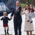 Le prince William et Kate Middleton avec leurs enfants le prince George et la princesse Charlotte lors de leur départ du Canada, le 1er octobre 2016 dans la rade de Victoria.