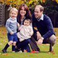 Le duc et la duchesse de Cambridge avec leurs enfants George et Charlotte dans les jardins du palais de Kensington, leur résidence officielle, en octobre 2015.