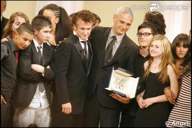Laurent Cantet entouré d'une partie du casting de son film Entre les murs et de Sean Penn, le président du jury du Festival de Cannes 2008