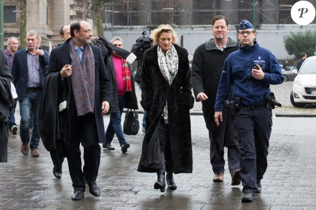 Delphine Boël entourée de son avocat Maître Marc Uyttendaele et son compagnon James O'Hare arrivant devant la 12e chambre du tribunal civil de Bruxelles pour une procédure en contestation de paternité de Jacques Boël, son père légal, et une procédure en reconnaissance de paternité du roi Albert II de Belgique le 21 février 2017.