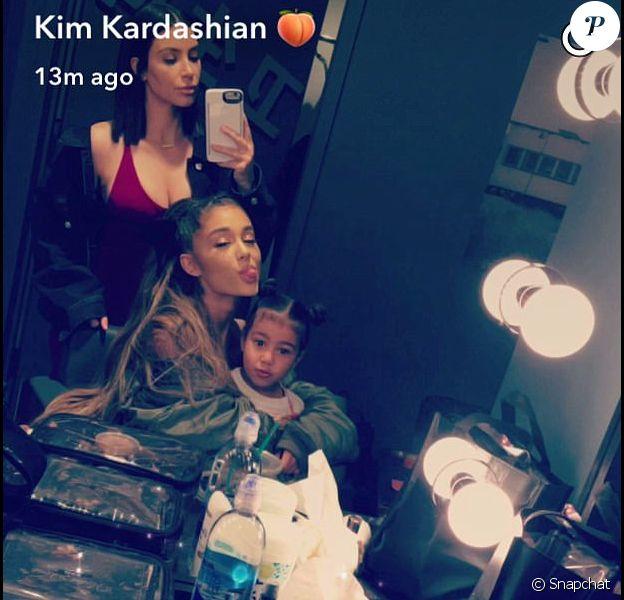 Kim Kardashian et sa fille North West dans les coulisses du concert d'Ariana Grande à Los Angeles le 31 mars 2017