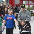 Gwen Stefani s'amuse avec ses enfants Kingston, Zuma et Apollo dans une fête foraine à Valencia en Californie, le 4 mars 2017