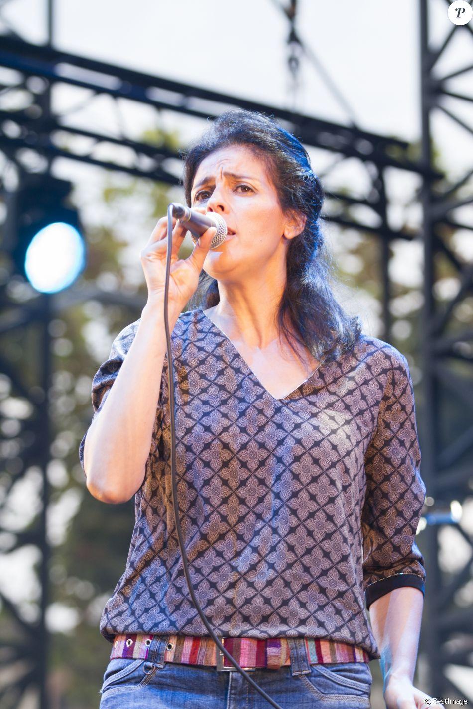 Souad Massi en concert lors du Festival Nuits du Sud à Vence le 23 juillet 2015.