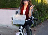 Miley Cyrus balade en vélo, sans son chéri, mais avec papa...  et elle nous tire la langue !