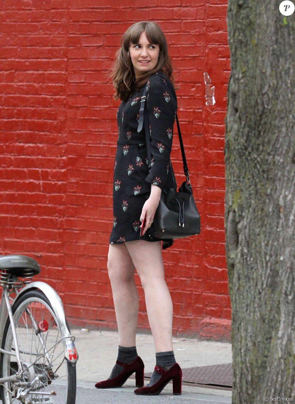 Lena Dunham et Travis Fimmel sur le tournage d'un film dans le quartier de Brooklyn à New York, le 13 avril 2017