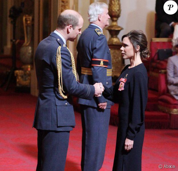 Victoria Beckham reçoit les insignes d'OBE (Excellentissime Ordre de l'Empire Britannique) du prince William à Buckingham Palace. Londres, le 19 avril 2017.