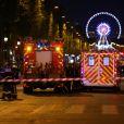 L'avenue des Champs-Elysées bloquée par des policiers car des coups de feu à l'arme lourde ont été tirés à Paris, le 20 avril 2017. Un agent de police a été tué et un autre blessé lors de la fusillade. Un assaillant a été abattu.