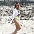 Le top model Doutzen Kroes en pleine séance photo sur la plage de Miami. Le 24 avril 2017.