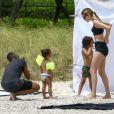 Le top model Doutzen Kroes en pleine séance photo sur la plage de Miami, en présence de son mari Sunnery James et de leurs enfants Phyllon et Myllena. Le 24 avril 2017.