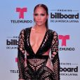 La chanteuse américaine Jennifer Lopez pose sur le tapis rouge des Billboard Latin Music Awards au Warsco Center of Miami University à Coral Gables, en Floride, aux États-Unis, le 27 avril 2017.