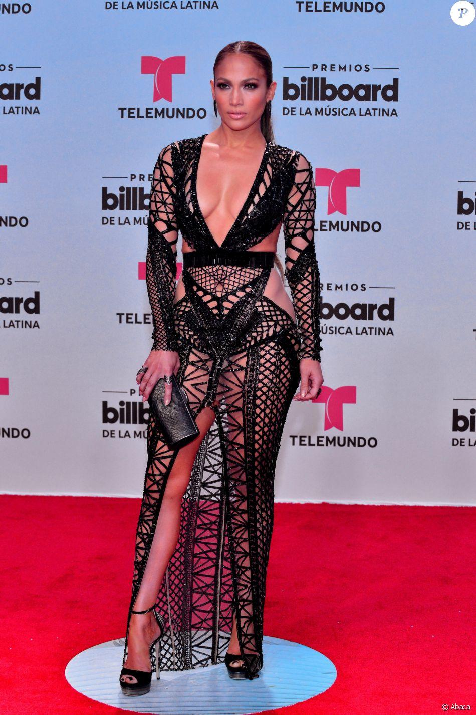 af751b4526d La chanteuse américaine Jennifer Lopez pose sur le tapis rouge des  Billboard Latin Music Awards au