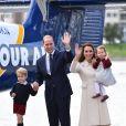 Kate Middleton et le prince William avec leurs enfants le prince George de Cambridge et la princesse Charlotte de Cambridge à Victoria au Canada le 1er octobre 2016 au moment de leur départ au terme de leur visite officielle.