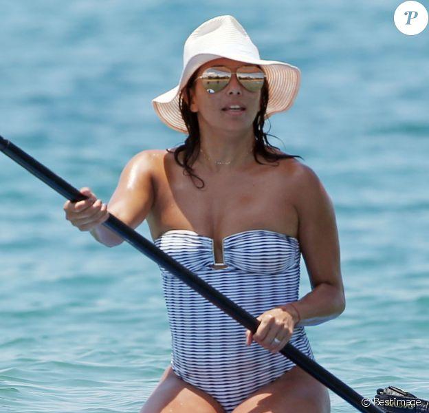 Exclusif -Eva Longoria fait du paddle en vacances à Hawai. Le 19 avril 2017