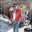 Michael Madsen, avec un superbe cuir rouge et un joli sac Vuitton, n'a pas oublié l'essentiel - la bière ! - au Festival de Sundance.