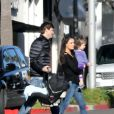 Exclusif - Mila Kunis, Ashton Kutcher et leurs enfants Dimitri et Wyatt vont petit-déjeuner en famille à Los Angeles, Californie, Etats-Unis, le 29 janvier 2017.