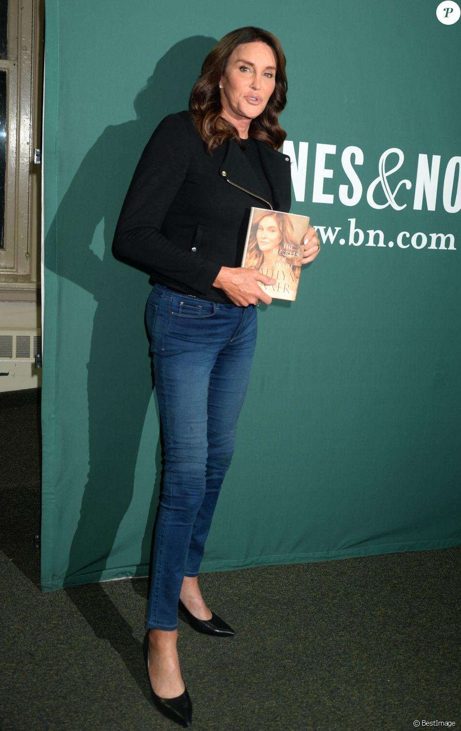 Caitlyn Jenner pose lors d'une séance de dédicaces pour son nouveau livre ''The Secrets Of My Life'' à la librairie de Barnes and Noble à Union Square à New York, le 26 avril 2017.