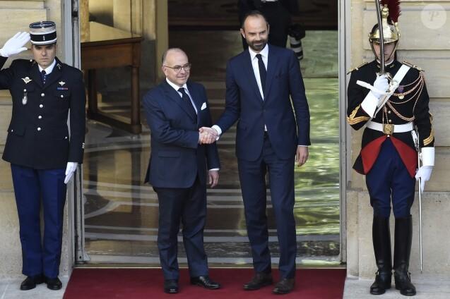 Pour son premier déplacement, Édouard Philippe rend hommage aux policiers