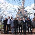 """Jerry Bruckheimer, les réalisateurs Joachim Ronning et Espen Sandberg, les comédiens Kaya Scodelario, Brenton Thwaites, Orlando Bloom, Geoffrey Rush et Javier Bardem, sans oublier le capitaine Jack Sparrow lui-même, Johnny Depp. - L'équipe du film """"Pirates des Caraibes : La vengeance de Salazar"""" est partie à l'abordage du public, des fans et des célébrités à Disneyland Paris le 15 mai 2017. © DisneylandParis via Bestimage"""