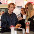 """Kim Kardashian achète des pizzas à emporter avec sa soeur Khloé Kardashian et son meilleur ami Jonathan Cheban sur le tournage de leur émission de télé réalité """"Keeping up with the Kardashians"""" à New York, le 15 mai 2017"""
