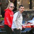 """Joe Jonas et sa compagne Sophie Turner se baladent à New York le 8 mai 2017."""