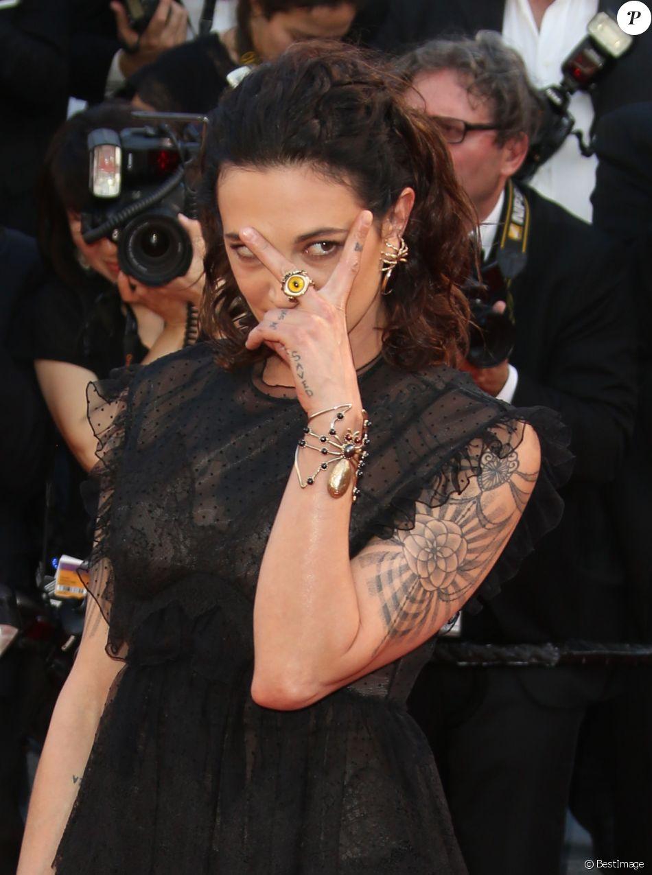 """Asia Argento à la montée des marches du film """"Les Fantômes d'Ismaël"""" lors du 70ème Festival International du Film de Cannes, le 17 mai 2017. © Denis Guignebourg/Bestimage"""