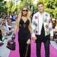 """Paris Hilton et son compagnon Chris Zylkaau défilé de mode Philipp Plein dans la villa """"La Jungle du Roi"""" lors du 70ème festival de Cannes le 24 mai 2017."""