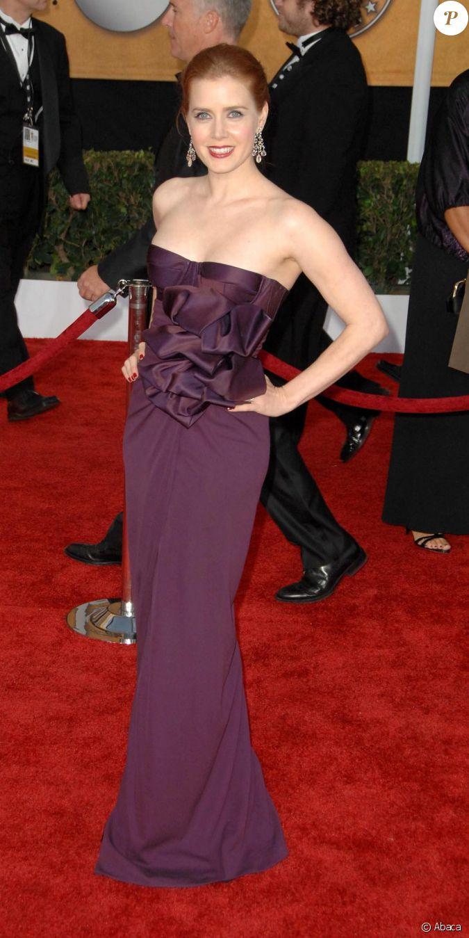 amy adams tenue simple et chic une robe bustier prune aux sag awards. Black Bedroom Furniture Sets. Home Design Ideas
