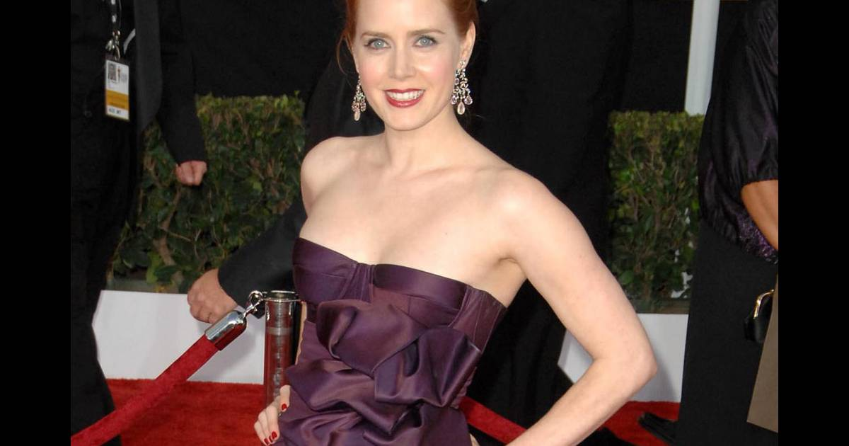 amy adams tenue simple et chic une robe bustier prune aux sag awards purepeople. Black Bedroom Furniture Sets. Home Design Ideas