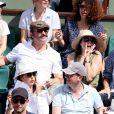 Elsa Zylberstein, Jean Dujardin, son fils Simon et sa compagne Nathalie Péchalat dans les tribunes lors de la finale homme des Internationaux de Tennis de Roland-Garros à Paris, le 11 juin 2017. © Jacovides-Moreau/Bestimage